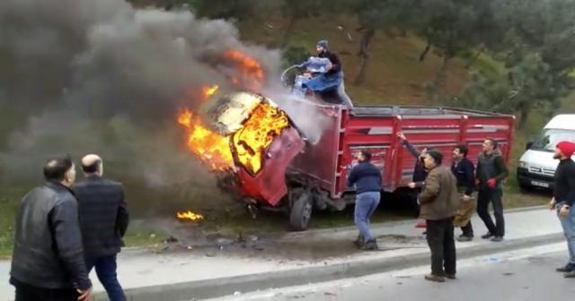 Yanan kamyonetlerini damacanayla suyla söndürmeye çalıştılar