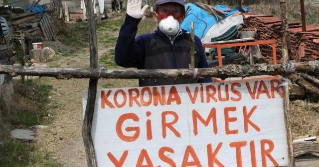 """Evinin önüne """"Korona virüs var girmek yasaktır"""" yazdı"""