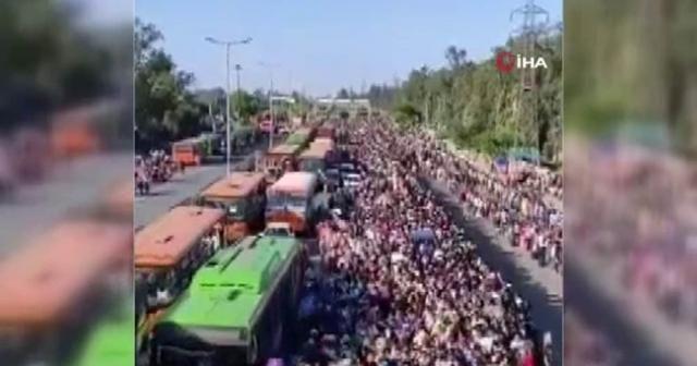 Hindistan'da evine dönmek isteyen binlerce işçi, otobüs terminalinde bekletildi