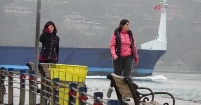Vatandaşlar yasağa ve yağmurlu havaya rağmen sahilde yürüyüş yaptı
