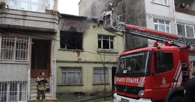 Bayrampaşa'da gecekondu alev alev yandı