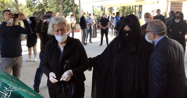 """Bülent Ersoy'un annesine """"sosyal mesafeli"""" son uğurlama"""