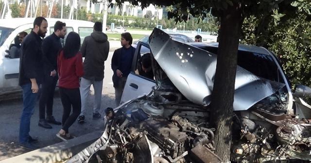 Kontrolden çıkan otomobil refüje daldı: 2 yaralı