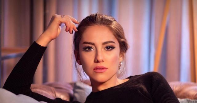 Şarkıcı İpek Demir vatandaşa maske dağıttı