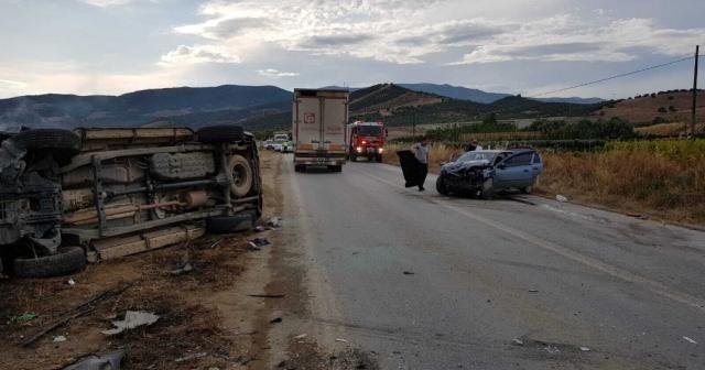 İzmir'de kamyonet ile otomobil çarpıştı: 5 yaralı