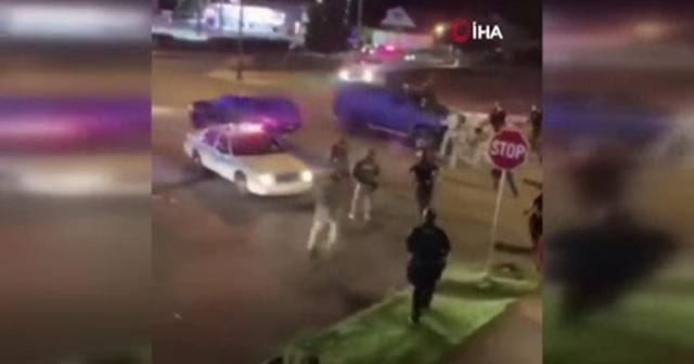 ABD'de bir kişi, aracıyla polis ve askerlerin arasına daldı