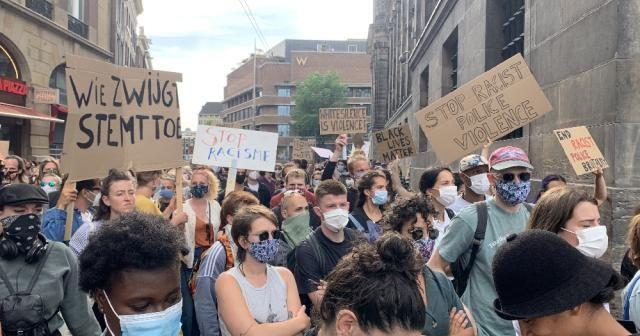 Hollanda'da Floyd cinayeti protesto edildi