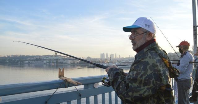 Kısıtlama olmayınca balıkçılar oltalarını alıp Unkapanı Köprüsünde balık tuttu