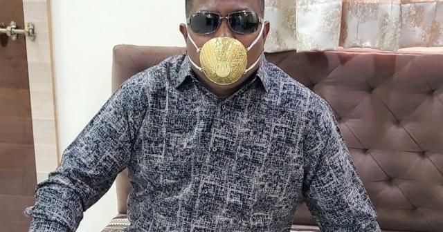 Hindistanlı iş adamı korona virüse karşı altın maske takıyor