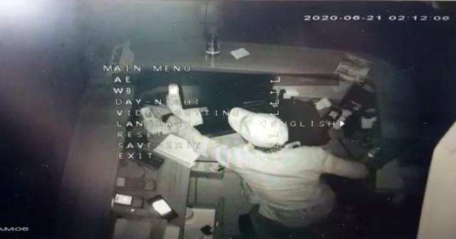 """İstanbul'da hırsızlık için girdiği iş yerinde """"portakal suyu"""" sıkan hırsız kamerada"""