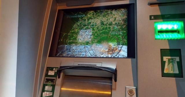 Soymaya çalıştıkları ATM'leri parçaladılar