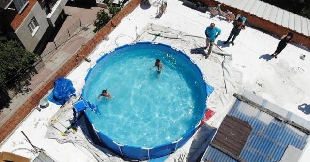 Torunları için havuz keyfini evin çatısına taşıdı