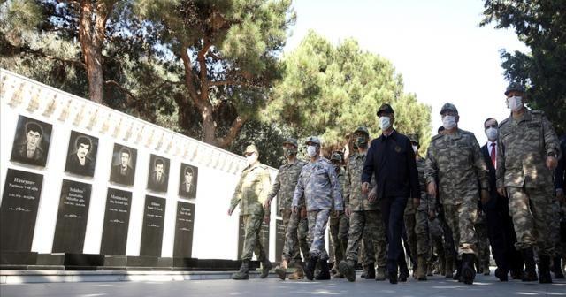 Bakan Akar ve TSK Komuta Kademesi Bakü'de şehitlik ziyaret etti