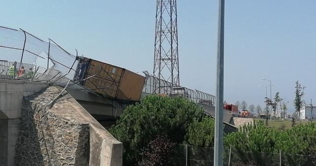 Devrilen tır TEM Otoyolu üzerindeki köprüde aslı kaldı