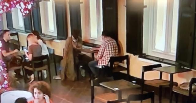 Tarihi Narmanlı Han'daki kafede çanta hırsızlığı kamerada