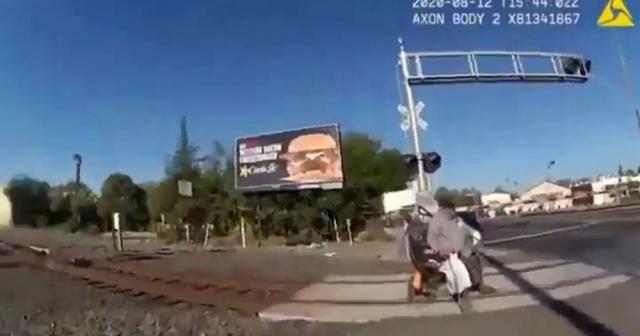 Tekerlekli sandalyesi ile raylara sıkışan adam son anda kurtarıldı
