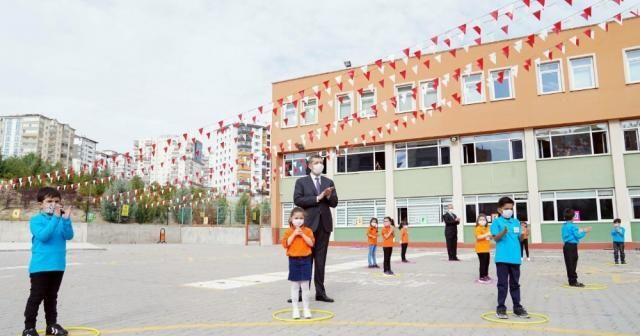 Bakan Selçuk'tan öğretmenlere ve öğrencilere tebrik mesajı