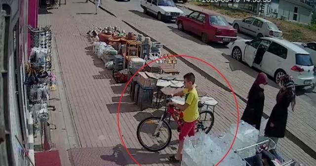 Kendi bisikletini bırakıp başka bisikleti çaldı...O anlar kamerada
