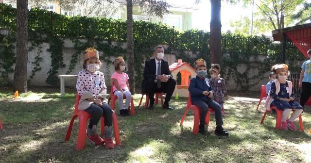 Bakan Selçuk, öğrencilerin temassız oyunlarına eşlik etti