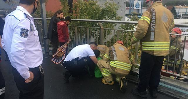Zeytinburnu Metro Köprüsü'nde çocuğun ayağı su giderine sıkıştı