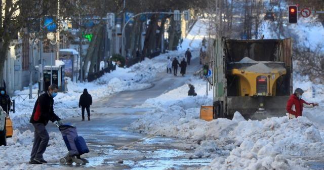 İspanyollar yoğun kar yağışını eğlenceye çevirdi