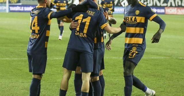 Karşılaşmanın ilk yarısı ev sahibi ekibin 1-0 üstünlüğüyle sona erdi
