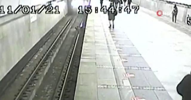 Moskova'da metro raylarına düşen çocuk ölümden kıl payı kurtuldu