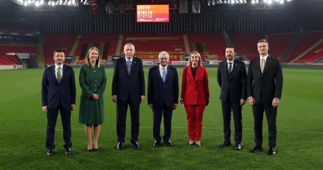 Cumhurbaşkanı Erdoğan İzmir'de yeşil sahaya indi