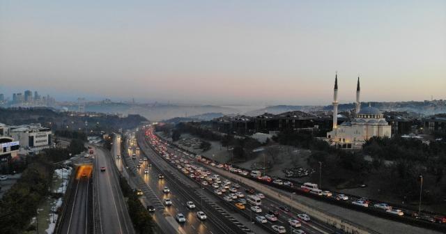 İstanbul'da kısıtlama sonrası 15 Temmuz Şehitler Köprüsü'nde trafik yoğunluğu havadan görüntülendi