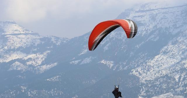 Kar manzarasında yamaç paraşütü