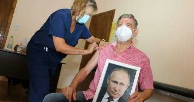 Arjantin'de Roque Perez Belediye Başkanı, elinde Putin portresiyle aşı oldu