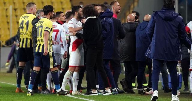 Kadıköy'de maç sonu saha karıştı