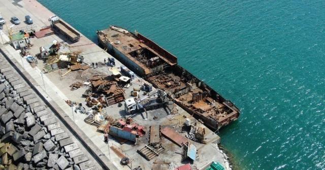 Şile'de yanan yük gemisi parçalara ayrılıyor