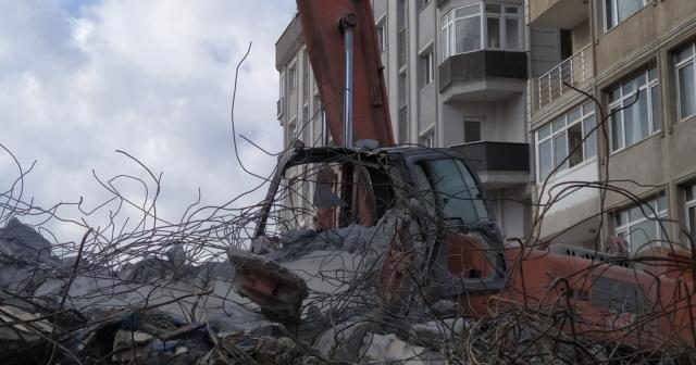 Yıkımda kepçenin üzerine beton blok düştü: Operatör ağır yaralandı