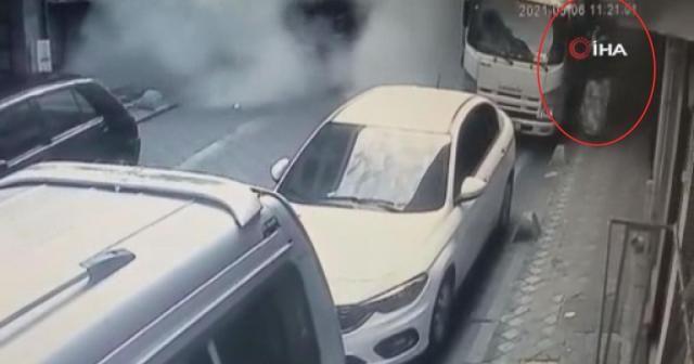 Bina çökerken kaldırımdaki kadın ve kedinin son anda kurtulduğu anlar kamerada