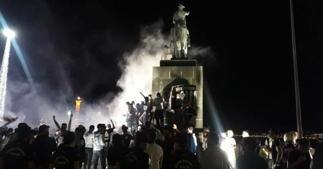 İzmir Kordon'da Beşiktaş kutlaması