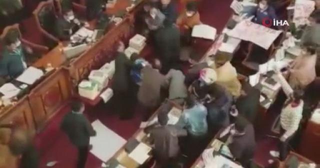 Bolivya Kongresi'nde milletvekillerinden yumruklu kavga