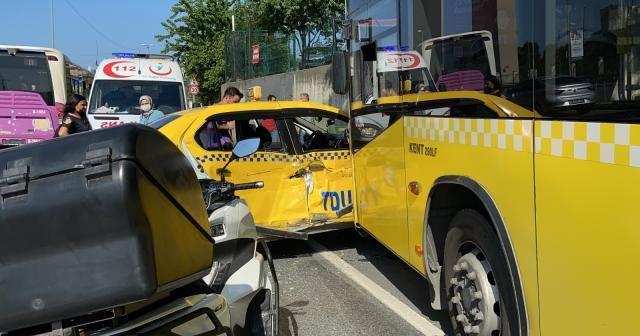 İstanbul'da feci kaza: Taksi önce İETT otobüsüne sonra direğe çarptı