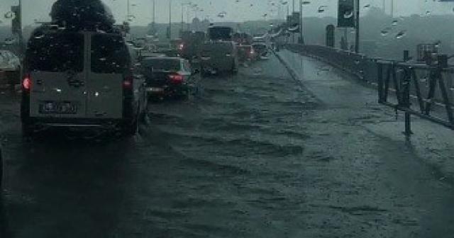 İstanbul'da sağanak yağmur bazı yolları göle çevirdi