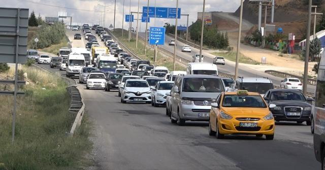 Tatilcilerin geri dönüş yolculuğu devam ediyor: Kilit kavşakta kilometrelerce araç kuyruğu