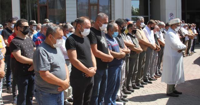 Hayatını kaybeden işçiler için düzenlenen törende mesai arkadaşları gözyaşlarını tutamadı