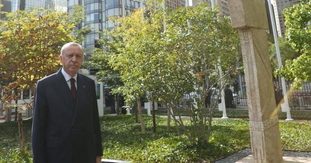 """""""Göbeklitepe'deki dikilitaşların bir sureti New York'taki BM binasının bahçesinde sergilenmeye başladı"""""""