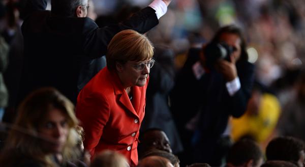 Angela Merkel dev maçı heyecan içinde izledi