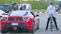 Bisikletiyle Ferrari'ye toz yutturdu
