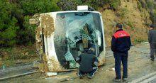 Tur otobüsü dağ çarptı, 1 turist öldü