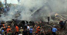Endonezya'da askeri uçak düştü: En az 30 ölü