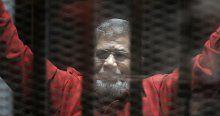 Mursi 'idam mahkumu kıyafeti' ile mahkemede