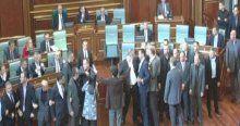 Kosova'da hem meclis hem sokaklar karıştı