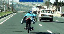 Motosikletli gencin tehlikeli yolculuğu