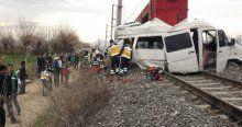 Trenle öğrenci servisi çarpıştı, 1 ölü, 16 yaralı